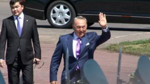 nazarbayev askrleri selamlıyor